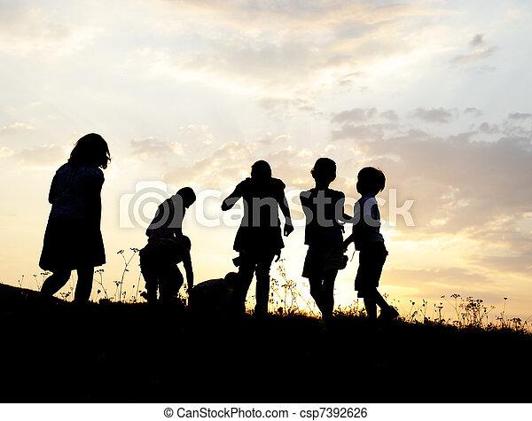 אחו, קבץ, צללית, שקיעה, קיץ, לשחק, ילדים, שמח - csp7392626