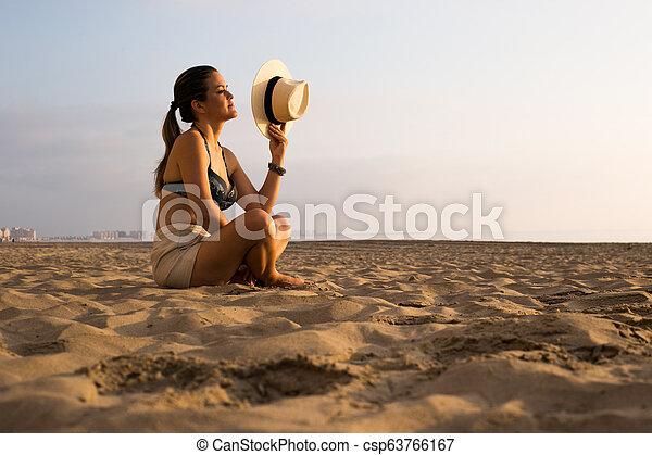 אישה, החף, עלית שמש - csp63766167