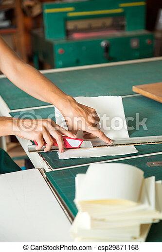 אישה, להב, לחתוך, נייר, ידיים, להשתמש, שולחן - csp29871168