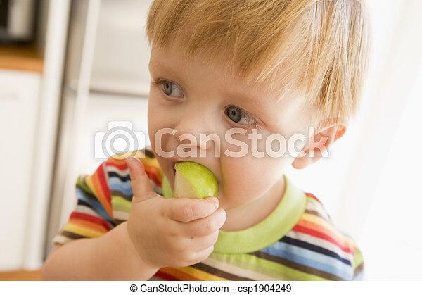 בחור, בבית, לאכול, צעיר, תפוח עץ - csp1904249