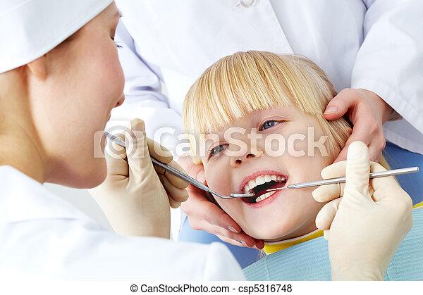 בחינה של השיניים - csp5316748
