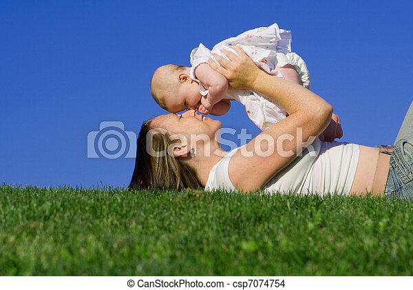 ∥あるいは∥, ママ, 母, 女の赤ん坊, 遊び, 幸せ - csp7074754