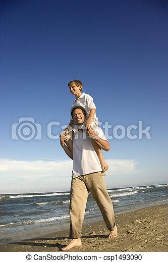 お父さん, 届く, 彼の, 肩。, 息子 - csp1493090