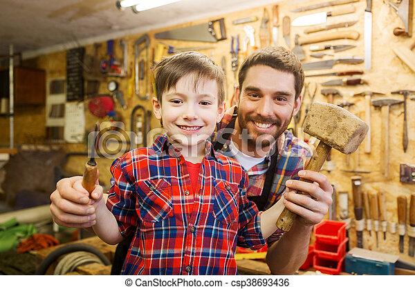お父さん, 男の子, のみ, ワークショップ, 保有物, ハンマー - csp38693436