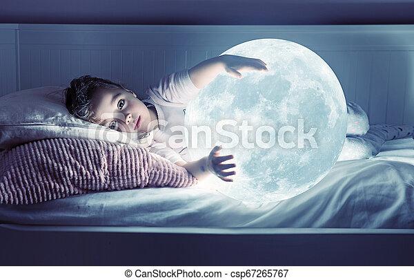 かわいい, わずかしか, 芸術, 月, 保有物, 肖像画, 女の子 - csp67265767