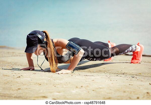 かわいい 女, 浜, 運動 - csp48791648