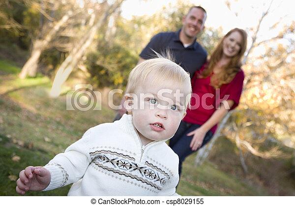 かわいい, 歩くこと, 見なさい, 男の子, 若い, の後ろ, 親 - csp8029155