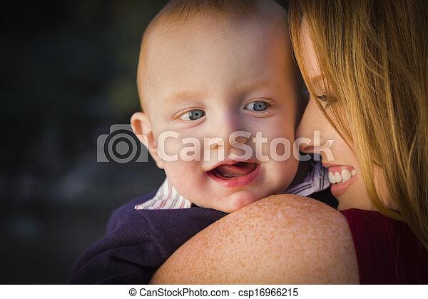 かわいい, 頭, 彼の, 男の子, 幼児, 母, 肖像画, 赤 - csp16966215