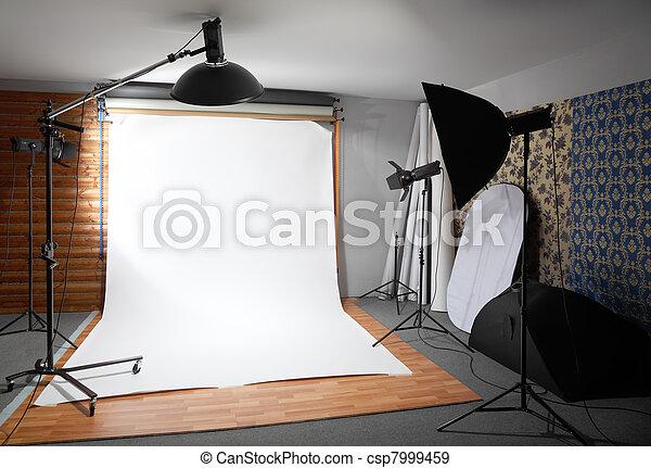 つけられる, 部屋, 大きい, 中, -, 暗い, スタジオ, 背景, ランプ, 白, スポットライト - csp7999459