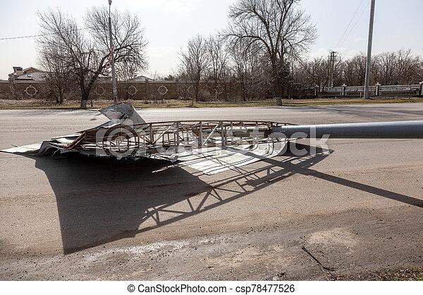 に, 道, 広告板, 下方に, 強い, 回された, 引き裂かれた, hurricane., 通り 車, 突風である, 日, 嵐である, 風, ハリケーン, の間 - csp78477526
