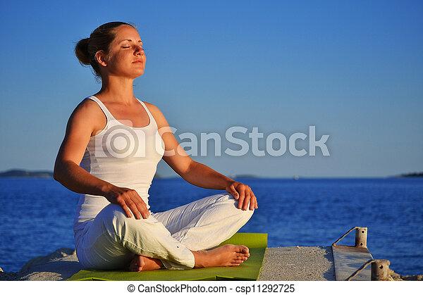 の間, 瞑想, 女, ヨガ, 若い - csp11292725