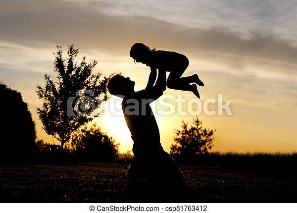 よちよち歩きの子, シルエット, 空気, 父, 子供, 幸せ, 日没, 持ち上がること - csp81763412
