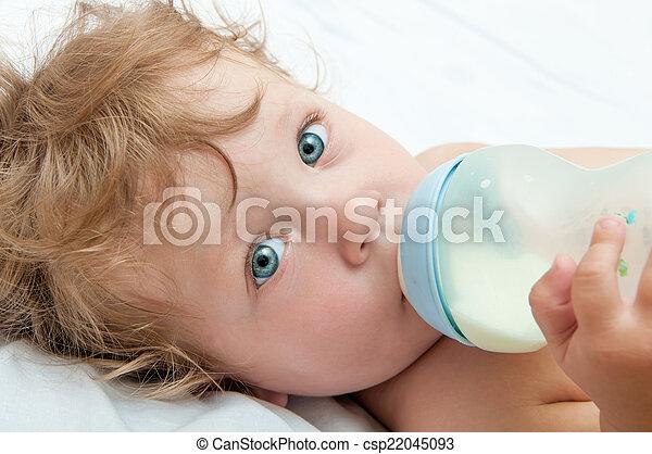 わずかしか, 吸う, びん, 赤ん坊, curly-headed, ミルク - csp22045093