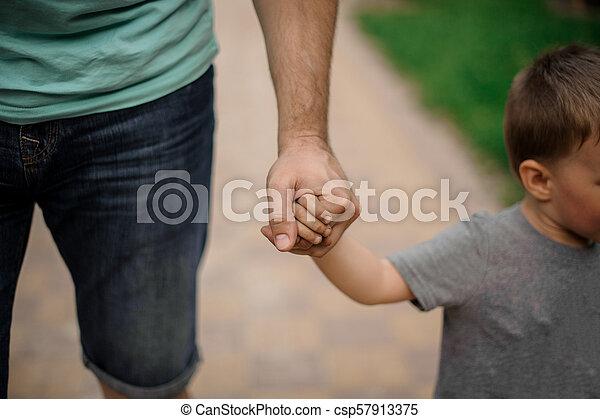 わずかしか, 彼の, 父, 息子, 強い, 手を持つ - csp57913375