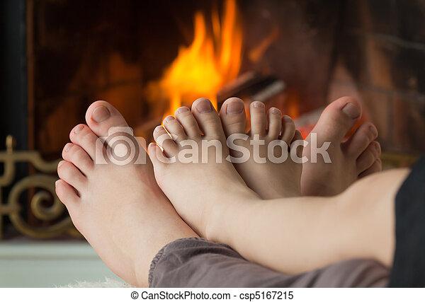 わずかしか, 彼女, 火, 炉, 裸, 加熱された, 姉妹, 女の子, 足, 開いた - csp5167215
