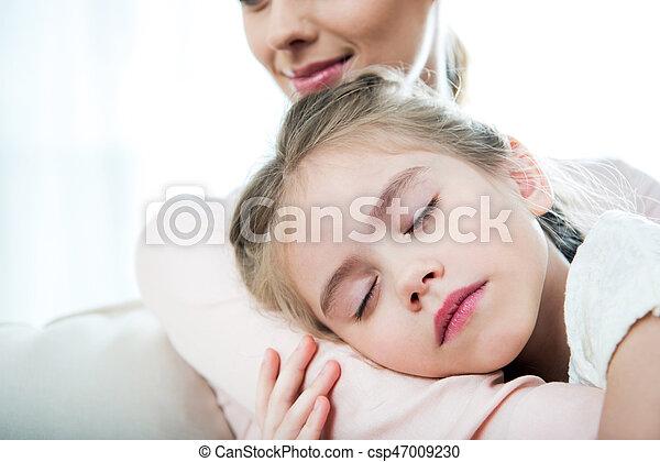わずかしか, 母, 睡眠, 家, 女の子, 腕 - csp47009230