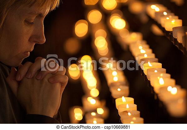 カトリック教, 女性の祈ること, 教会 - csp10669881