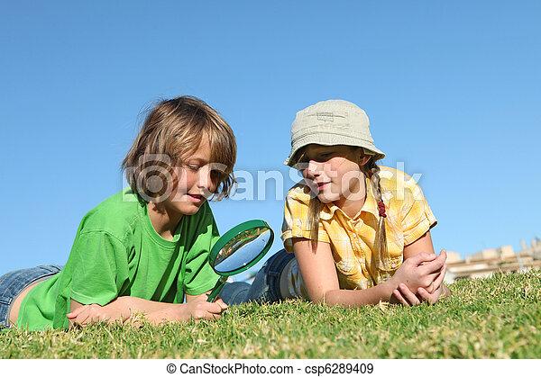 ガラス, 拡大する, 子供, 遊び, 屋外で - csp6289409