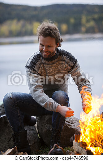 キャンプ, 湖畔, 暖まる手, たき火, 人 - csp44746596