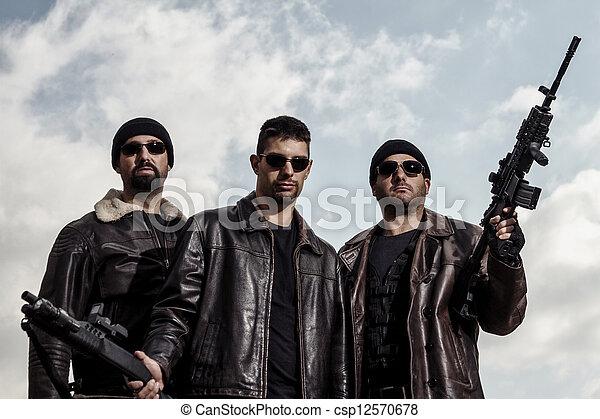 ギャングのメンバー, 銃 - csp12570678