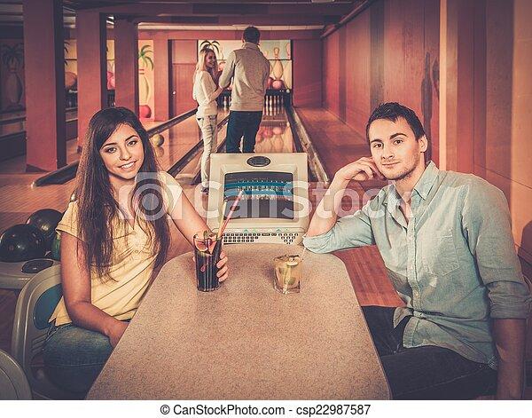 クラブ, テーブル, 恋人, の後ろ, ボウリング - csp22987587