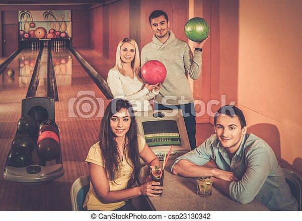 グループ, 人々, クラブ, 若い, の後ろ, ボウリング, テーブル - csp23130342