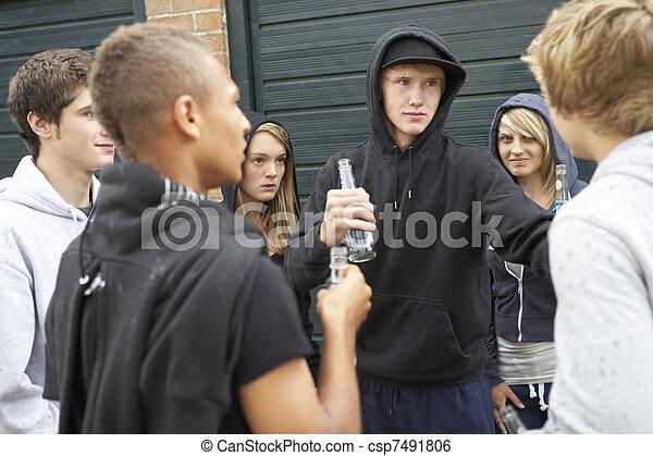 グループ, 脅すこと, ティーネージャー, 一緒に, 外, 掛かること, 飲むこと, から - csp7491806