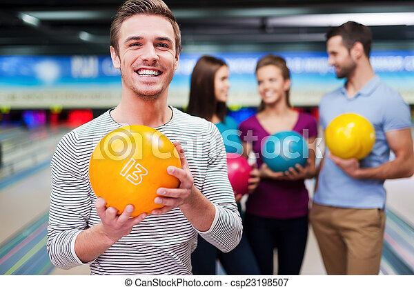 コミュニケートする, 保有物の 球, 男性, 人々, に対して, 細道, 若い, 最も良く, ボウリング, ハンサム, 3, player., 間 - csp23198507