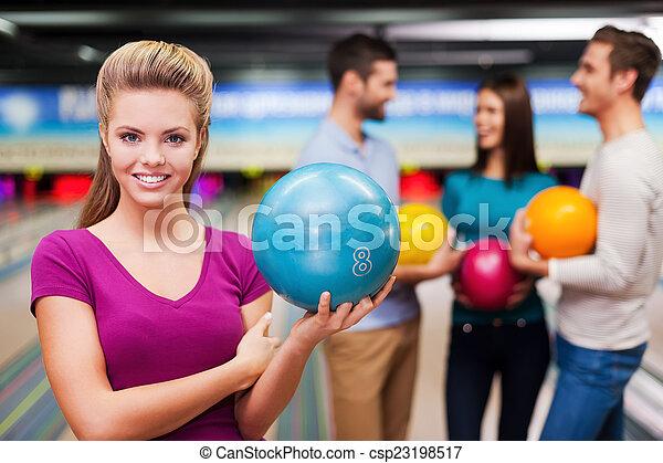 コミュニケートする, 確信した, 保有物の 球, 人々, に対して, 細道, 女性, 若い, ボウリング, 3, player., 美しい, 間 - csp23198517