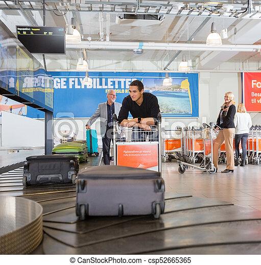 コンベヤー, 待つこと, 手荷物, 空港, 人, ベルト - csp52665365