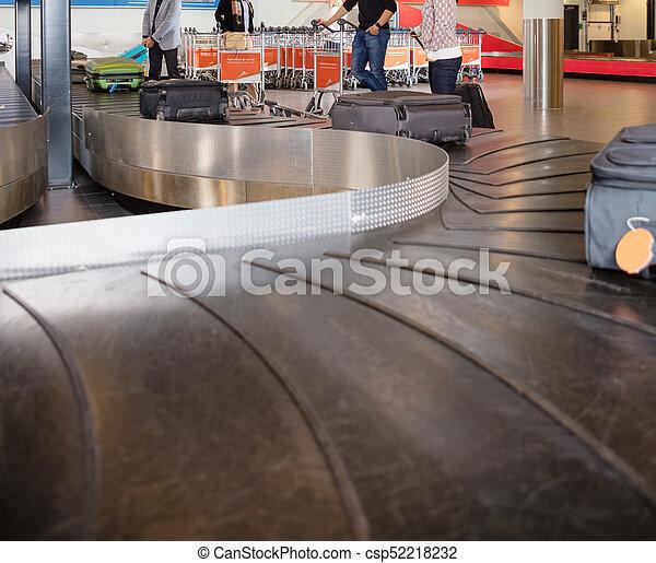 コンベヤー, 旅行者, 待つこと, 手荷物, 空港, ベルト - csp52218232