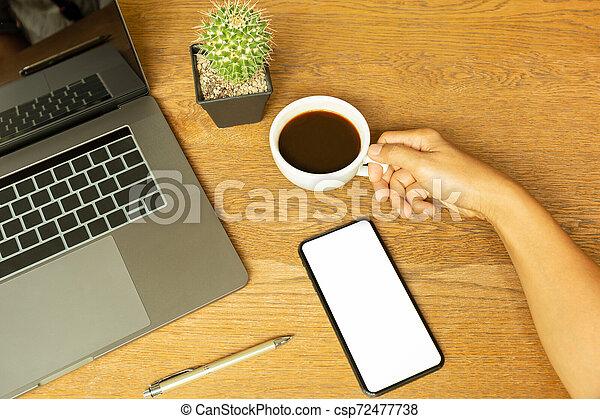 コーヒーカップ, 木製である, ラップトップ, ペン, 手, desk., 保有物, ビジネスマン - csp72477738