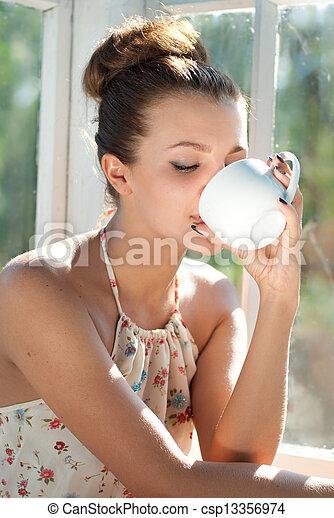 コーヒー, 女, カップ, 若い, 朝, 持つこと - csp13356974