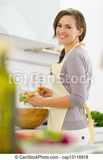 サラダ, 現代, 若い, 主婦, 混合, 微笑, 台所 - csp13116918