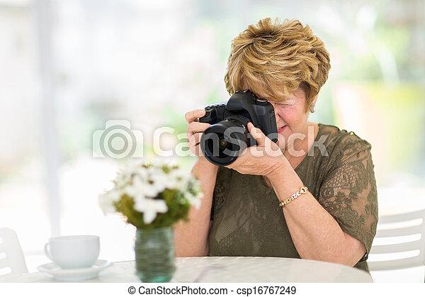 シニア, 花, 写真うつりする, 女 - csp16767249
