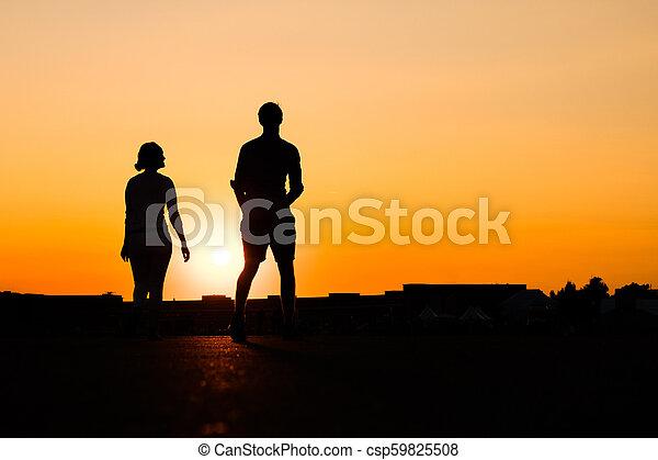 シルエット, 女の子, 背景, 日没, 見る, 空, 男の子, の上 - csp59825508