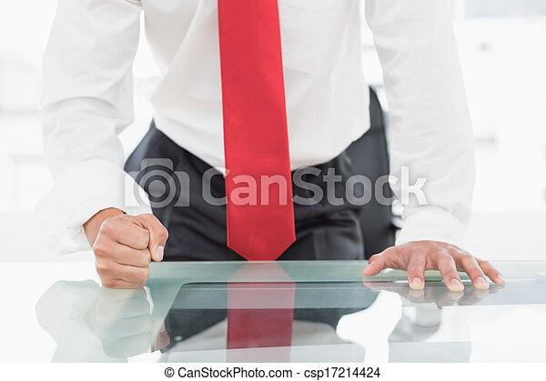 セクション, 中央の, くいしばられた 握りこぶし, 机, ビジネスマン - csp17214424