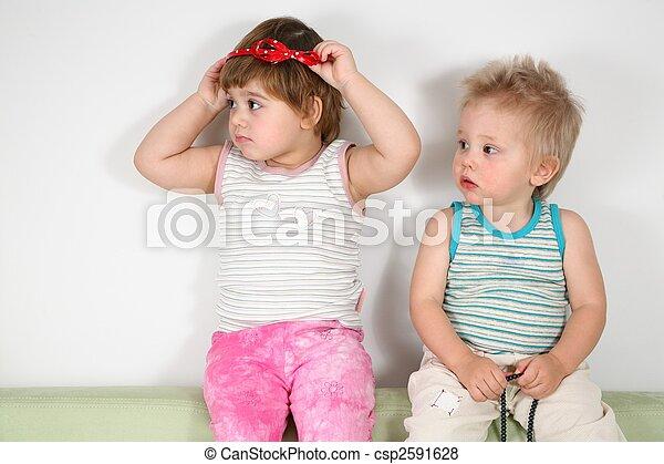 ソファー, 2人の子供たち - csp2591628