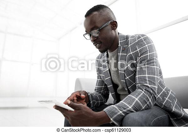 タブレット, デジタル, 明るい, ビジネスマン, 背景, オフィス - csp61129003