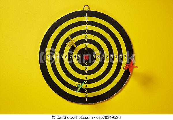 ターゲット, ダート盤, 矢, ヒッティング, 黄色, 緑, さっと動く, 赤 - csp70349526