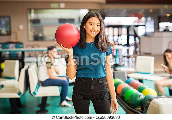 ティーンエージャーの, ボール, クラブ, 届く, ボウリング, 女の子, 赤 - csp58893630