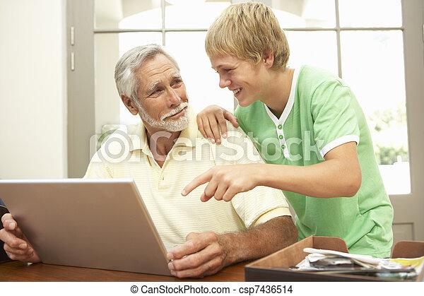 ティーンエージャーの, 孫, ラップトップ, 使用, 祖父, 助力, 家 - csp7436514