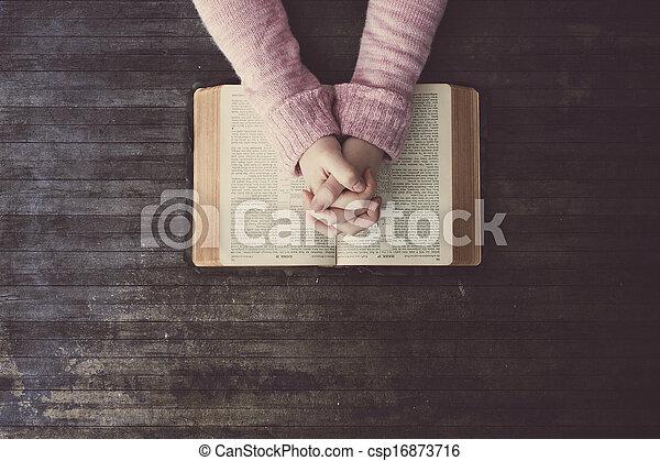 テーブル, 女性の祈ること - csp16873716