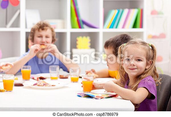テーブル, 子供たちが食べる, のまわり - csp8786979