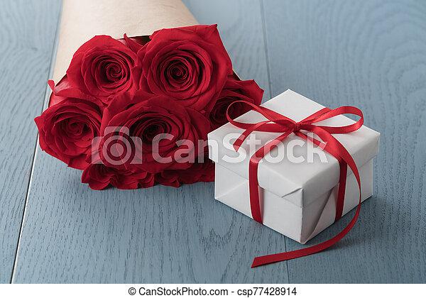 テーブル, 赤い箱, 木, 贈り物, ばら - csp77428914