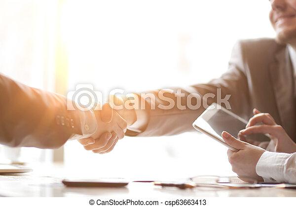 パートナー, 握手, ビジネス, タブレット, コンピュータ, 背景, ビジネスマン - csp63663413