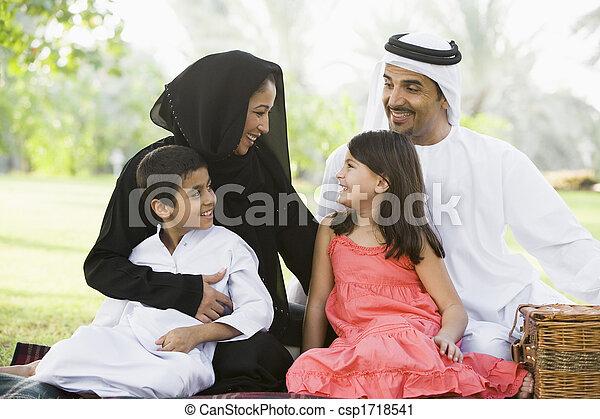 ピクニック, 家族, focus), 公園, 屋外で, (selective, 微笑, 持つこと - csp1718541