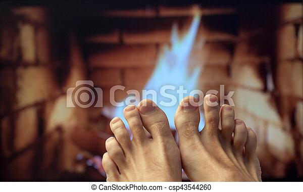 フィート, 暖炉, 裸, 加熱された - csp43544260