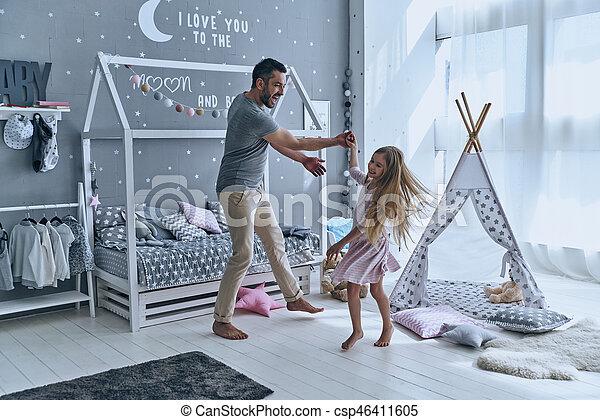 フルである, 娘, ダンス, 他。, それぞれ, 父, 長さ, 間, あらゆる, 手を持つ, 寝室, 微笑, 楽しむ, 分 - csp46411605