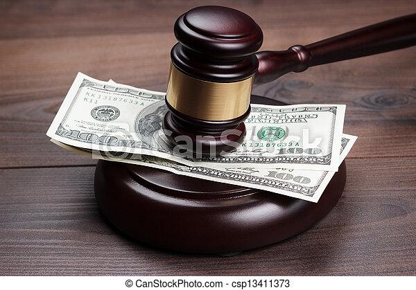 ブラウン, 木製である, お金, 小槌, 裁判官, テーブル - csp13411373
